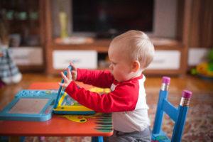 logopedia niño jugando